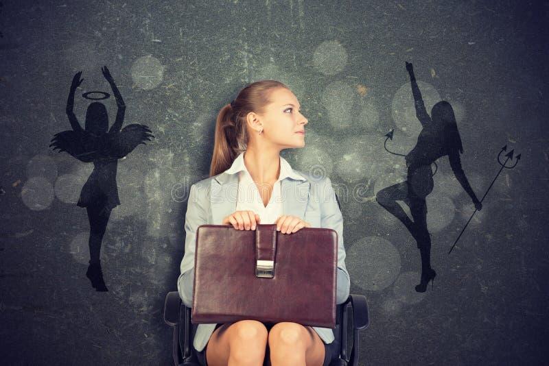 Femme d'affaires Framed par l'ombre de l'ange et du diable images stock
