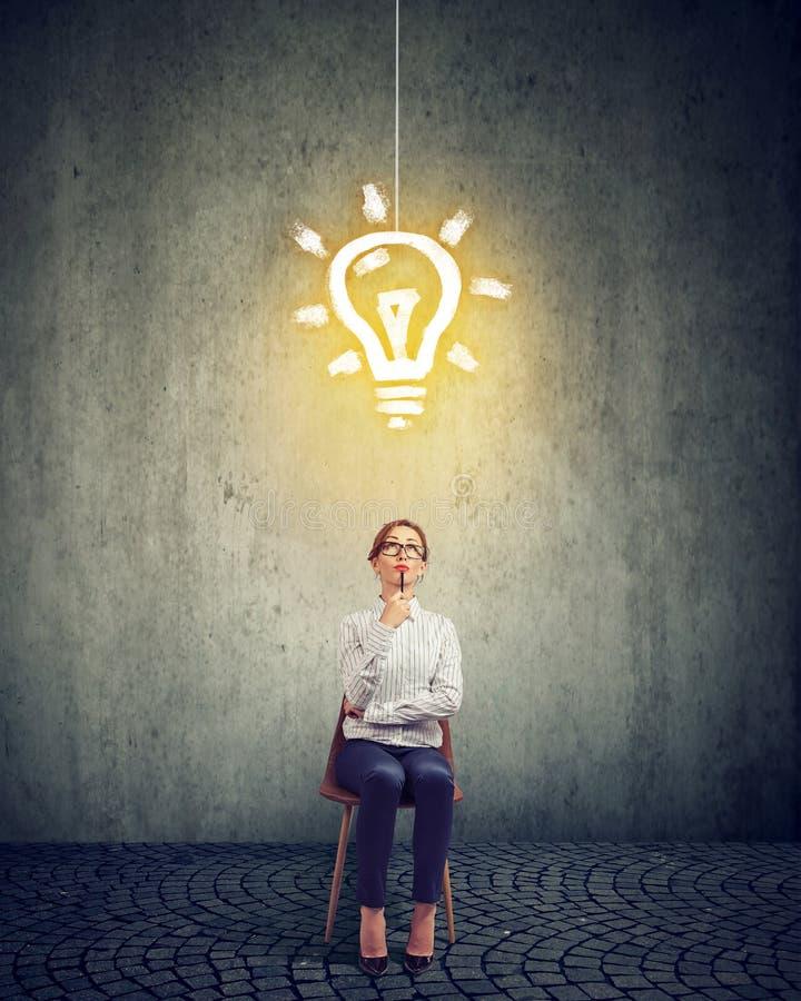 Femme d'affaires futée avec l'ampoule au-dessus de la tête photos libres de droits