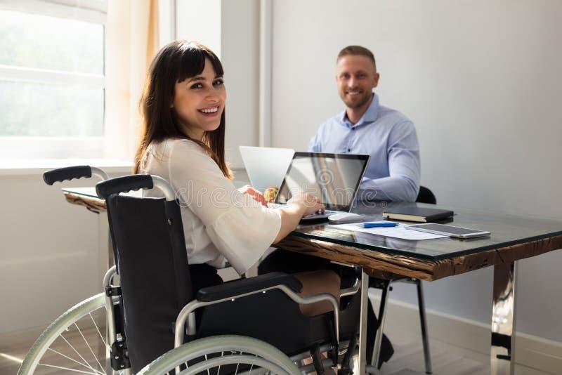 Femme d'affaires handicapée heureuse Working On Laptop image libre de droits