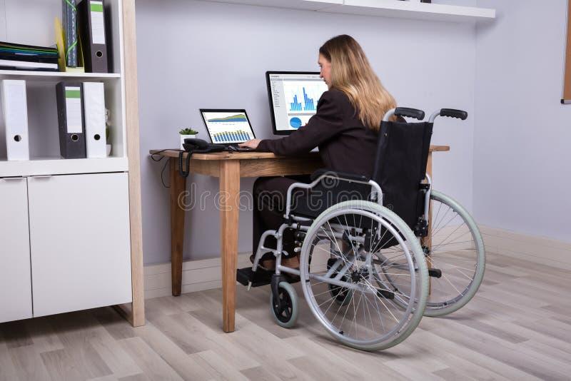 Femme d'affaires handicapée Working On Computer images libres de droits