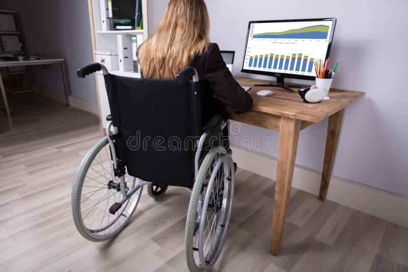 Femme d'affaires handicapée Working On Computer photos stock
