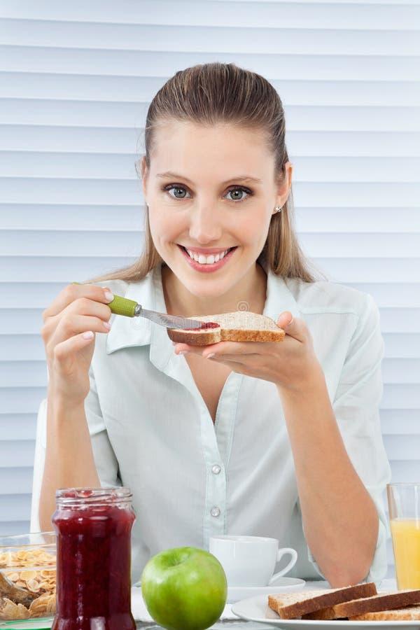 Femme d'affaires Having Healthy Breakfast photos libres de droits