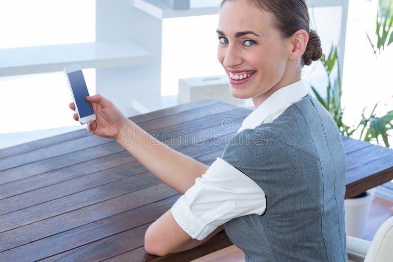 Download Femme D'affaires Heureuse à L'aide De Son Smartphone Photo stock - Image du message, indoors: 56480900
