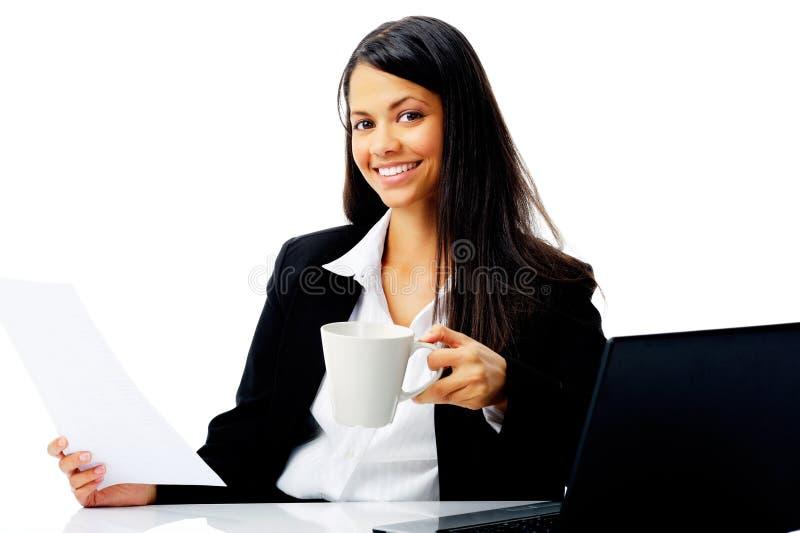 Femme d'affaires heureuse au travail images stock