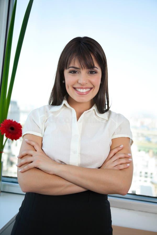Femme d'affaires heureuse avec ses bras croisés photos libres de droits
