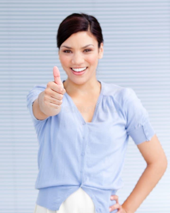 Femme d'affaires heureuse avec un pouce vers le haut photographie stock libre de droits