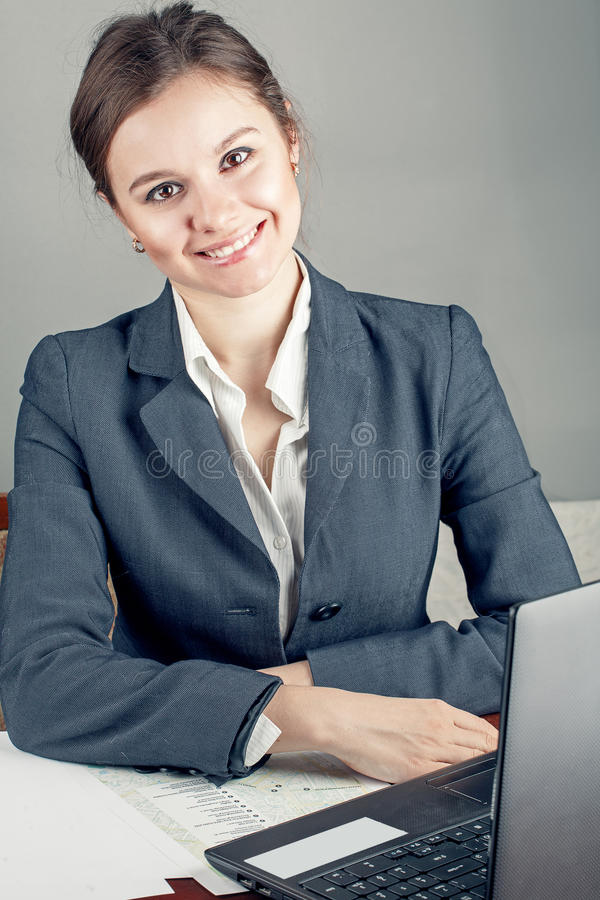 Femme d'affaires heureuse dans le lieu de travail photo libre de droits