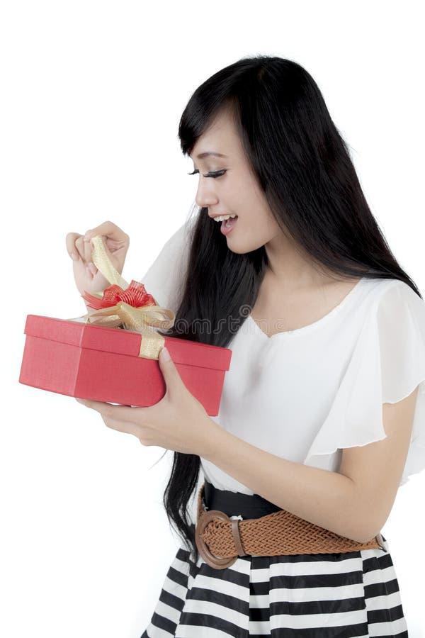 Femme d'affaires heureuse ouvrant un cadeau de Noël image stock