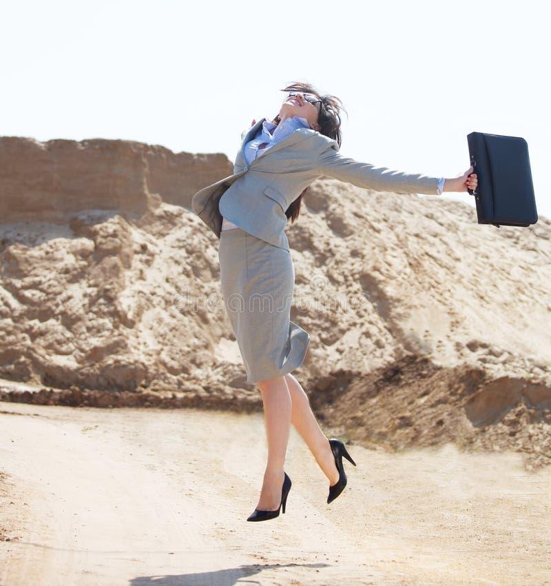 Femme d'affaires heureuse sautant dans le ciel image libre de droits