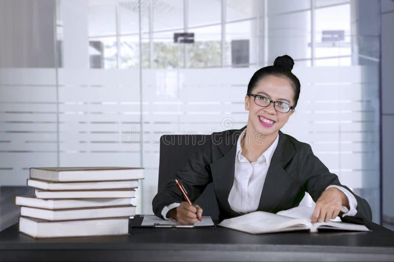 Femme d'affaires heureuse se surmenant dans le bureau image stock