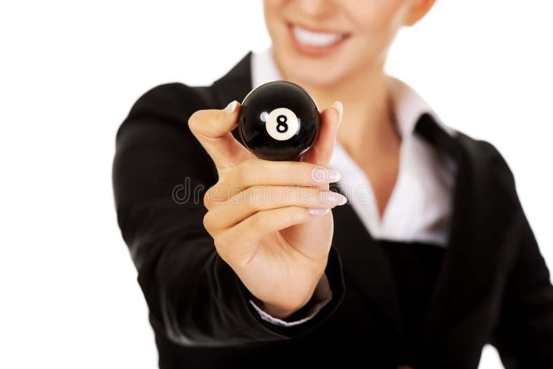 Femme d'affaires heureuse tenant la boule de billard huit images stock