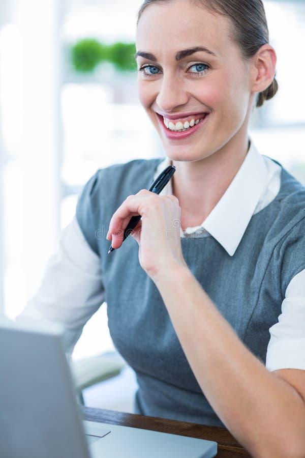 Download Femme D'affaires Heureuse Travaillant Sur L'ordinateur Portable Image stock - Image du chic, corporate: 56481031