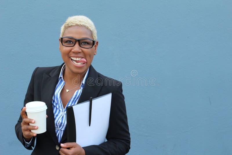 Femme d'affaires hilare faisant un visage drôle photos libres de droits