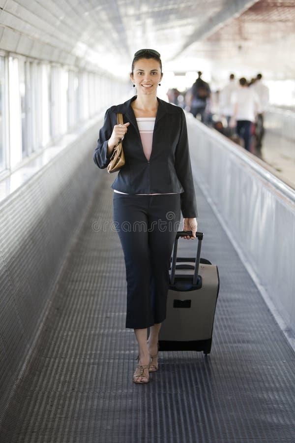 Femme d'affaires hispanique à la gare image stock