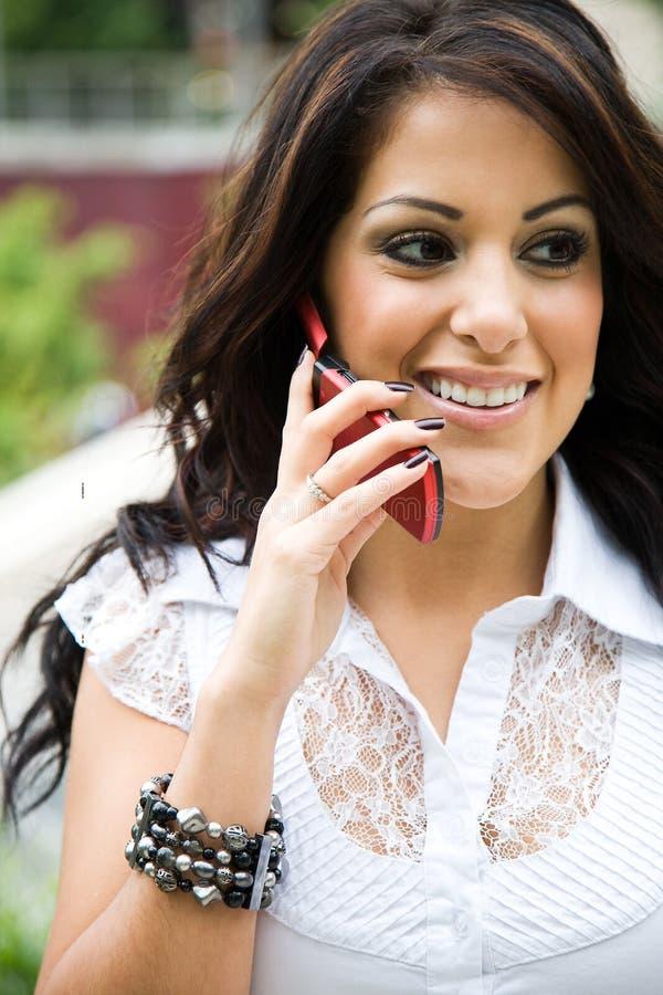 Femme d'affaires hispanique au téléphone photo libre de droits