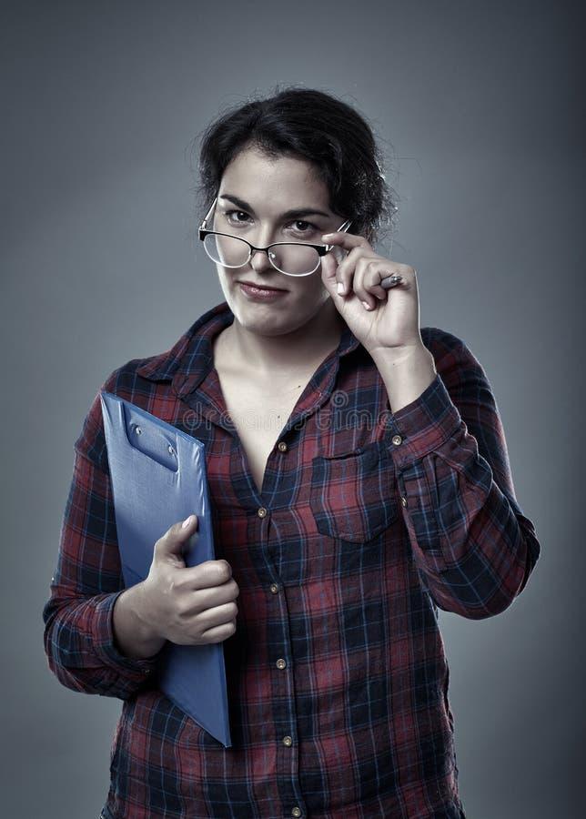 Femme d'affaires hispanique douteuse photographie stock libre de droits