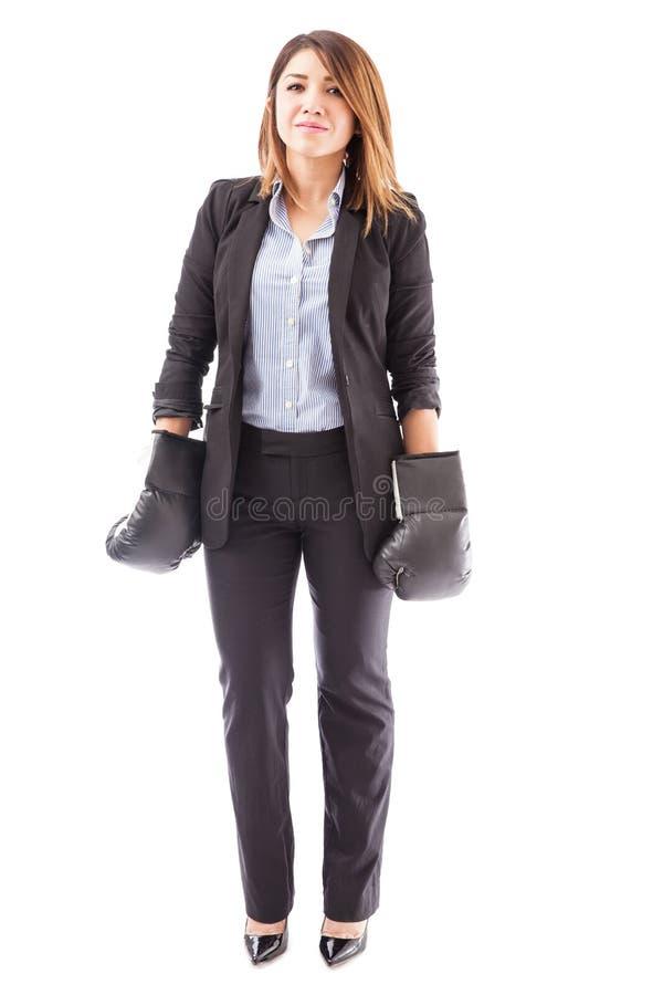 Femme d'affaires hispanique prête à combattre photos stock