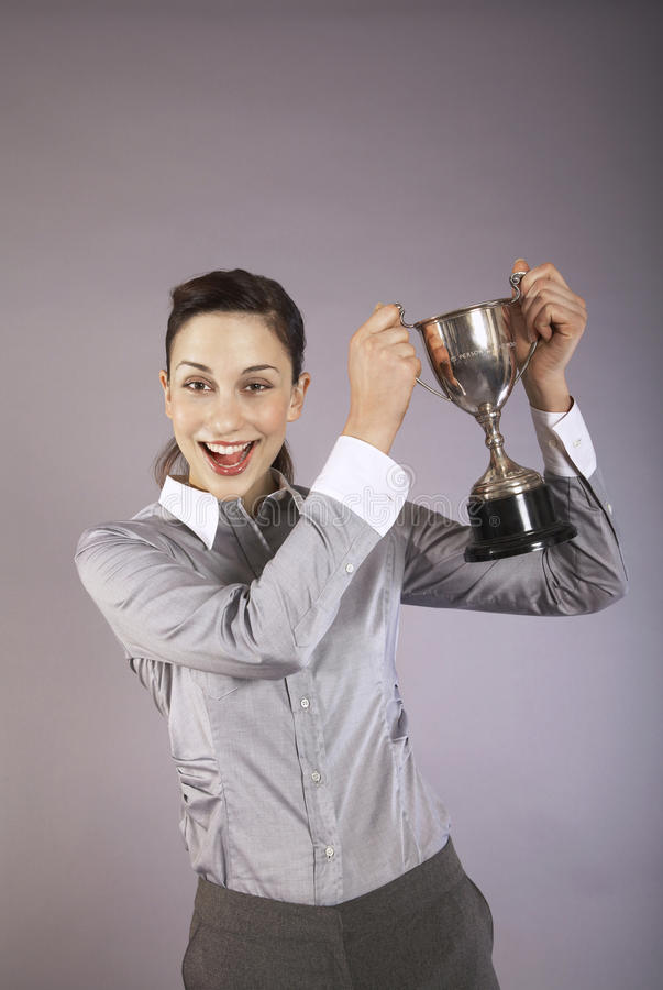Femme d'affaires Holding Up Trophy image stock