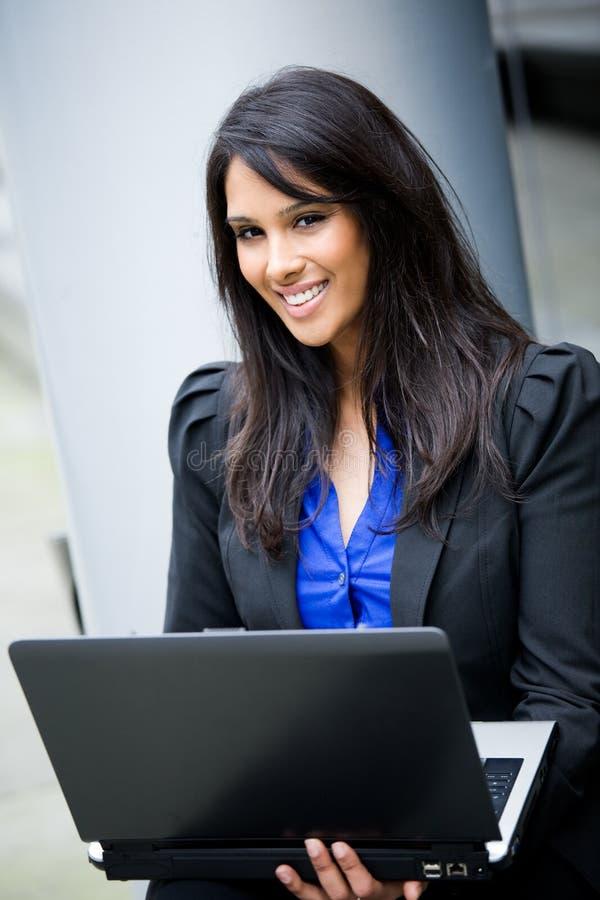 Femme d'affaires indienne avec l'ordinateur portatif photographie stock libre de droits