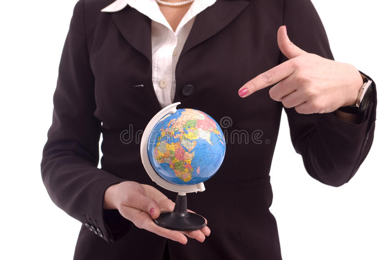 Femme d'affaires indiquant un modèle de la terre photographie stock