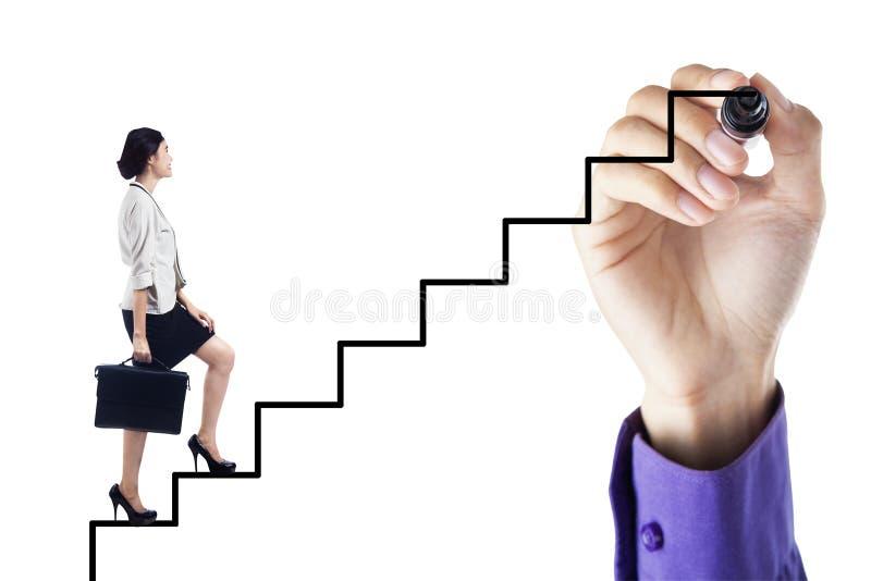 Femme d'affaires intensifiant sur l'échelle au succès photo stock