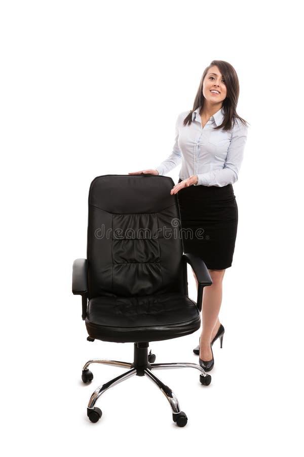 Femme d'affaires invitant à se reposer sur une chaise de bureau photographie stock libre de droits