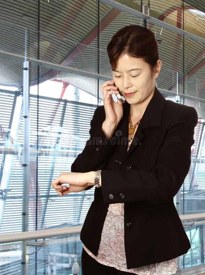 Femme d'affaires japonaise sur le téléphone portable photos stock