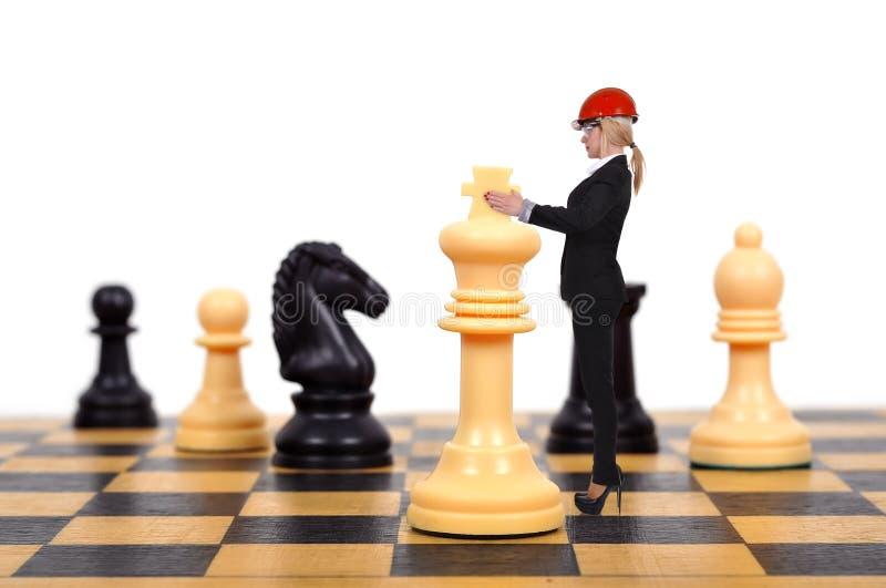 Femme d'affaires jouant des échecs photo stock