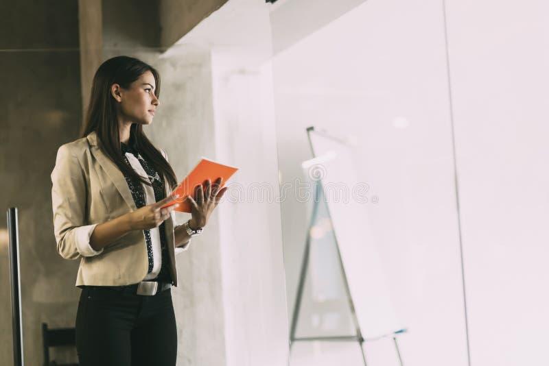 Femme d'affaires lisant un document photos libres de droits
