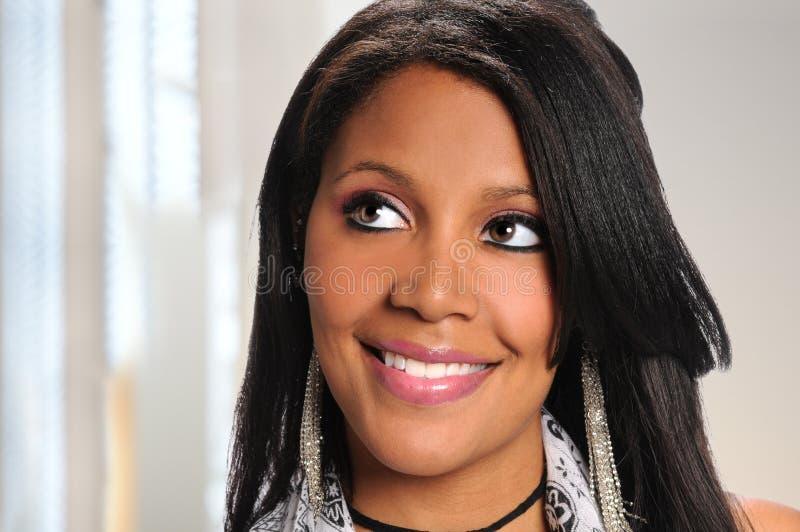 Femme d'affaires Looking Up d'afro-américain photos stock
