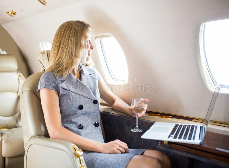 Femme d'affaires Looking Through Window de privé photographie stock libre de droits