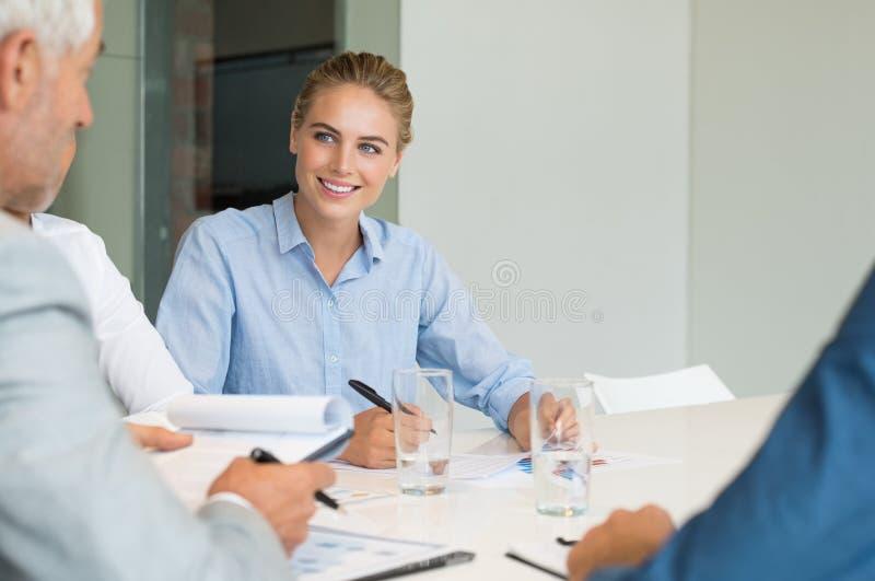 Femme d'affaires lors d'une réunion photo stock