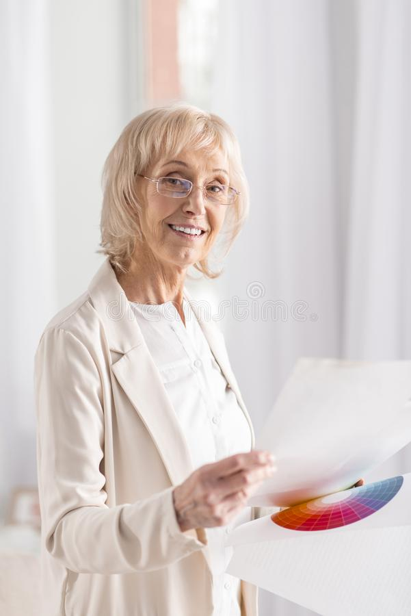 Femme d'affaires mûre avec du charme travaillant dur photographie stock libre de droits