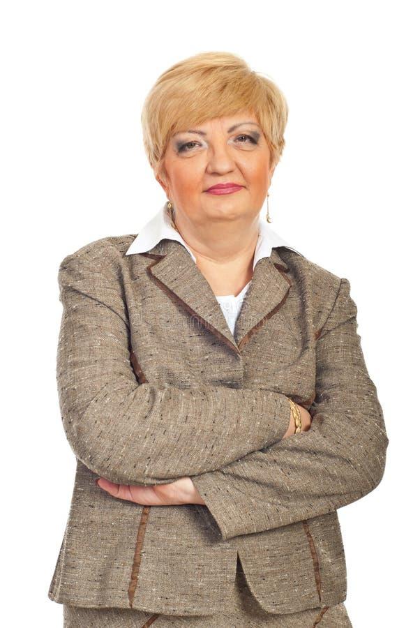 Femme d'affaires mûres avec des bras pliés photographie stock