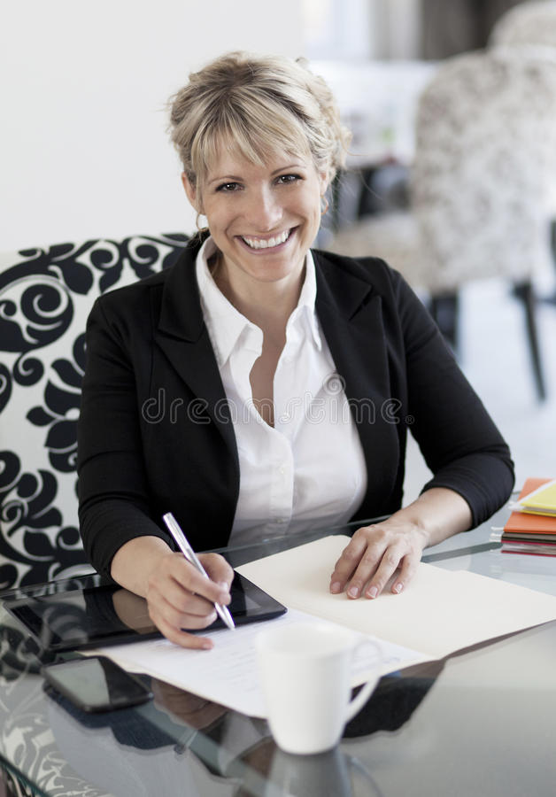 Femme d'affaires mûre Working At Home images stock