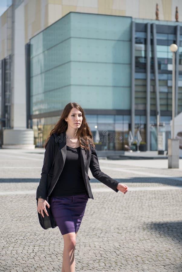 Femme d'affaires marchant dans la hâte photos libres de droits