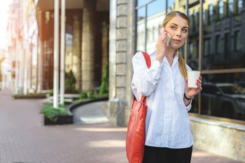 Femme d'affaires marchant sur la rue photographie stock libre de droits