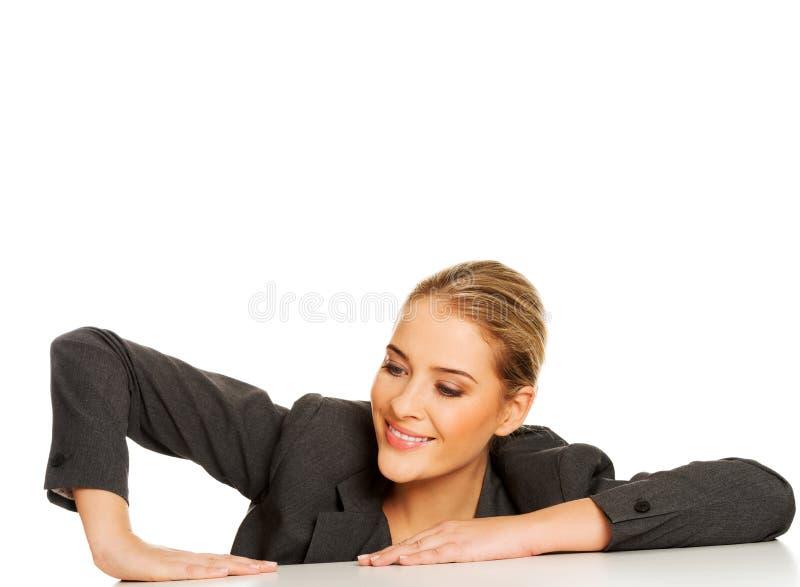 Femme d'affaires mettant la main sur le bureau images libres de droits