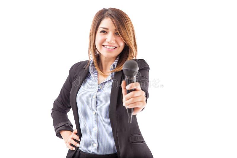 Femme d'affaires mignonne vous invitant à parler photos libres de droits