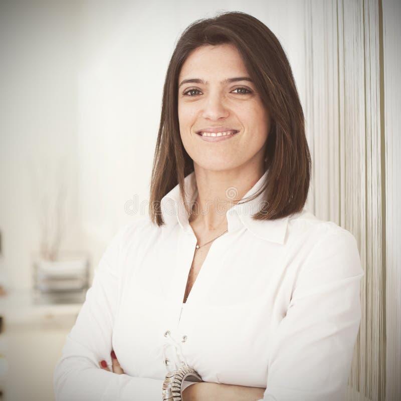Femme d'affaires moderne à son bureau photos stock