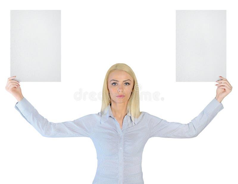 Femme d'affaires montrant deux papiers vides image stock