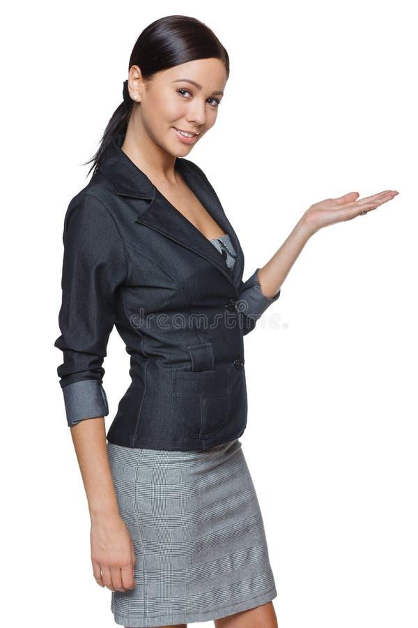 Femme d'affaires montrant l'espace vide de copie photographie stock libre de droits