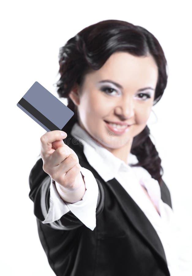 Femme d'affaires montrant la carte de cr?dit en blanc D'isolement sur le blanc photographie stock libre de droits
