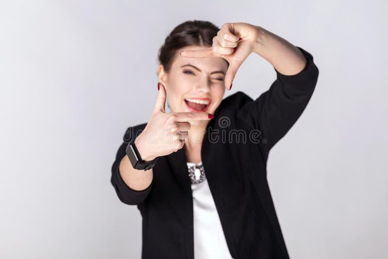 Femme d'affaires montrant le signe ou le cadre de culture photos libres de droits