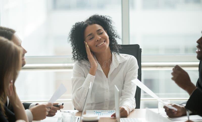 Femme d'affaires noire distraite distraite rêvant le sourire à photographie stock
