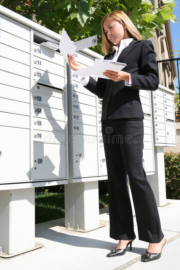 Femme d'affaires obtenant le courrier photos stock