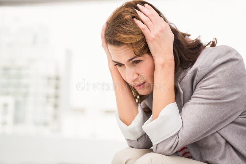 Femme d'affaires occasionnelle inquiétée photo libre de droits