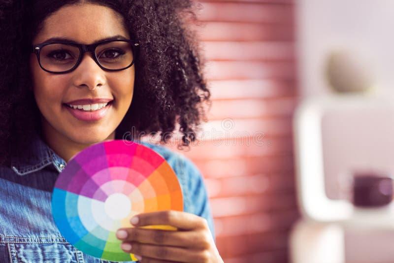 Femme d'affaires occasionnelle tenant une roue de couleur photographie stock libre de droits