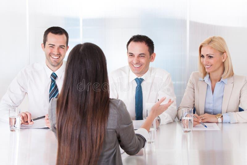 Femme d'affaires parlant à l'entrevue photographie stock libre de droits