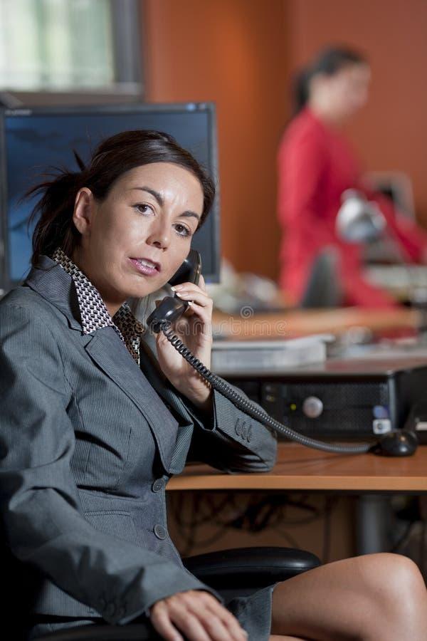 Femme d'affaires parlant à un téléphone images stock